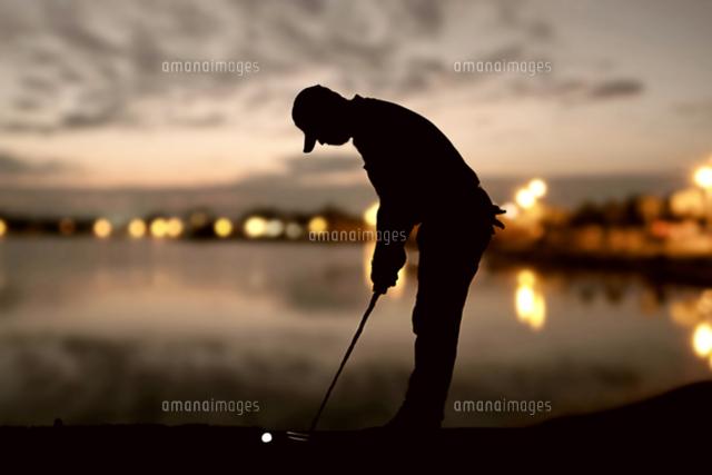 作品番号:11115012934 作品タイトル:Silhouette Man Playing Golf At Sunset