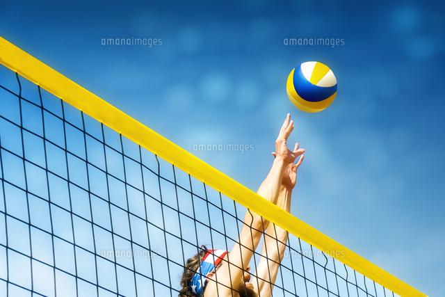 作品番号:11115013177 作品タイトル:Low Angle View Of Man Playing Volleyball Against Blue Sky