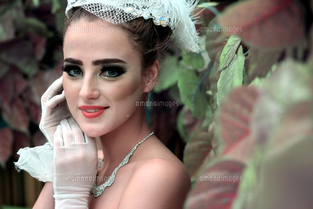 作品番号:11115014030 作品タイトル:Portrait Of Beautiful Bride Standing By Plants