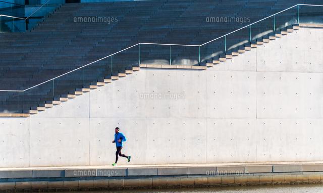 作品番号:11115018518 作品タイトル:Man Jogging Against Steps