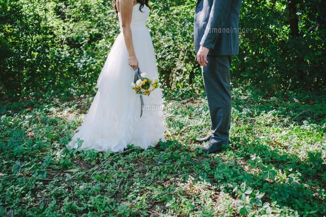 作品番号:11115018738 作品タイトル:Low Section Of Bride And Groom Standing On Field