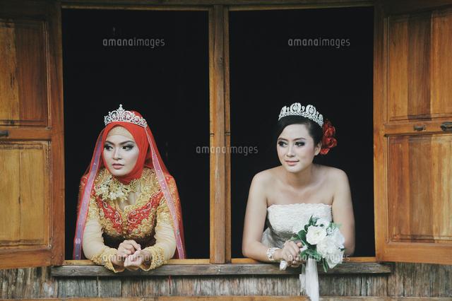 作品番号:11115022115 作品タイトル:Brides Wearing Wedding Dress While Looking Through Windows