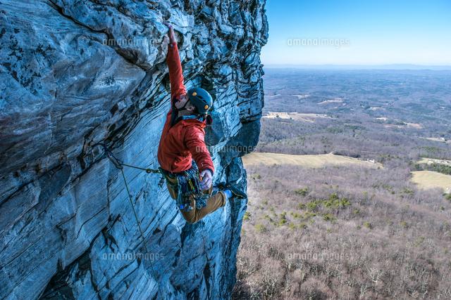 作品番号:11115023331 作品タイトル:Man Rock Climbing Against Landscape