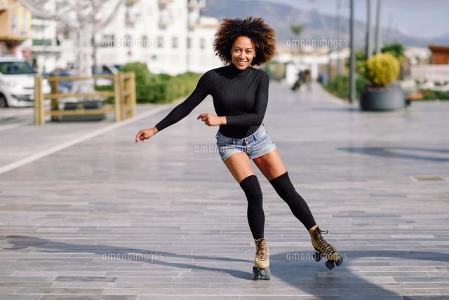 作品番号:11115024400 作品タイトル:Portrait Of Woman Roller Skating On Sidewalk In City