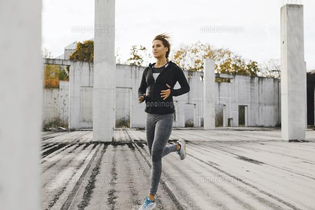 作品番号:11115026229 作品タイトル:Full Length Of Woman Jogging On Footpath In City
