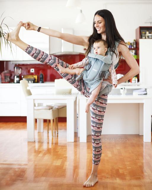作品番号:11115026410 作品タイトル:Mother With Toddler Daughter Exercising In Kitchen