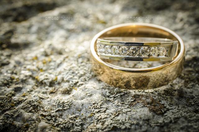 作品番号:11115026653 作品タイトル:Wedding And Engagement Rings On Rock