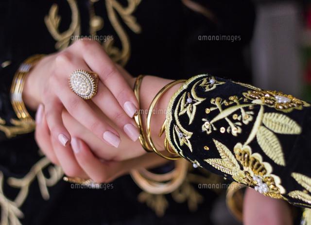 作品番号:11115030781 作品タイトル:Cropped Image Of Bride Holding Friend Hand During Wedding