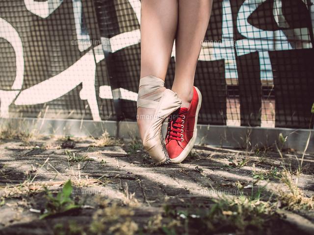 作品番号:11115031735 作品タイトル:Low Section Of Woman Wearing Shoes