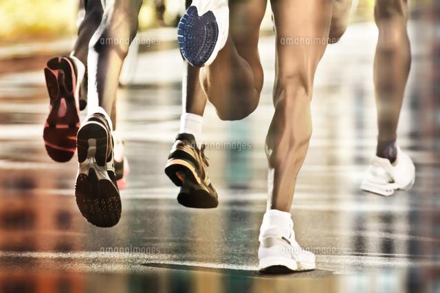 作品番号:11115034981 作品タイトル:Low Section Of Men Running Outdoors