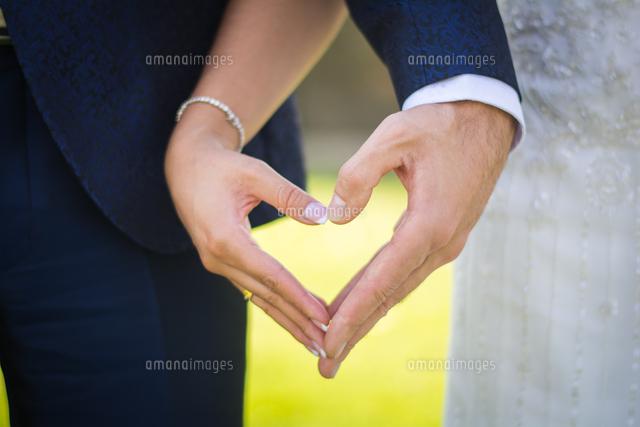 作品番号:11115035159 作品タイトル:Midsection Of Couple Holding Heart Shape