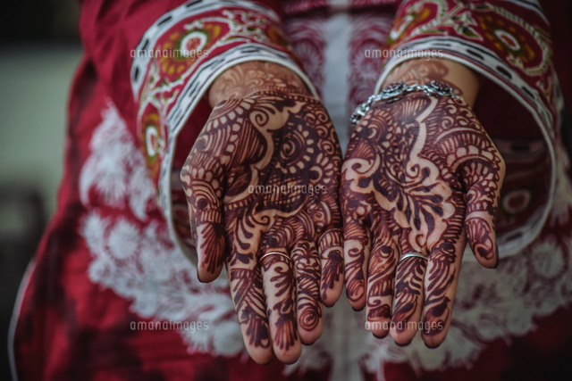 作品番号:11115035257 作品タイトル:Midsection Of Bride Showing Henna Tattoo On Hands