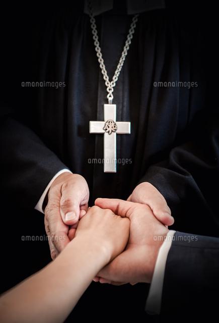 作品番号:11115035523 作品タイトル:Midsection Of Priest Holding Couple Hands During Wedding