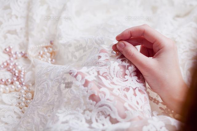 作品番号:11115060308 作品タイトル:Cropped Hands Of Woman Stitching Wedding Dress