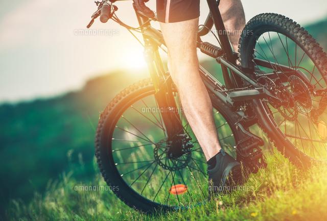 作品番号:11115060647 作品タイトル:Low Section Of Man Riding Bicycle On Grass