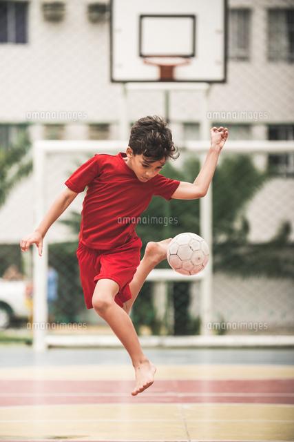 作品番号:11115063007 作品タイトル:Full Length Of Boy Playing With Soccer Ball At Playground