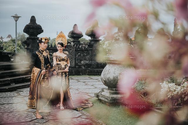 作品番号:11115063129 作品タイトル:People In Traditional Clothing Walking At Temple