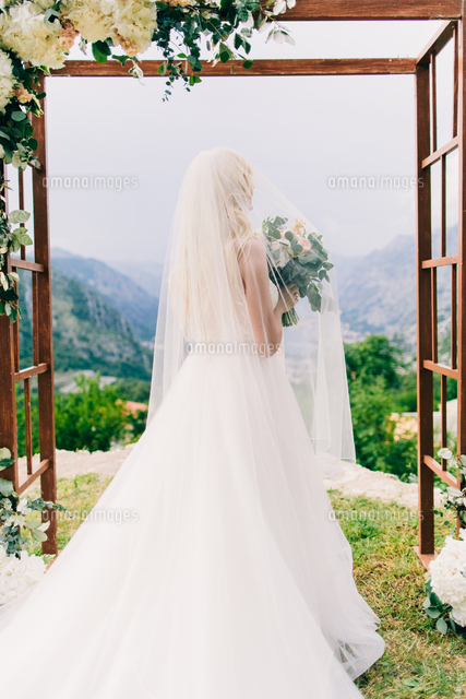 作品番号:11115063183 作品タイトル:Rear View Of Bride Holding Flower Bouquet While Standing At Park