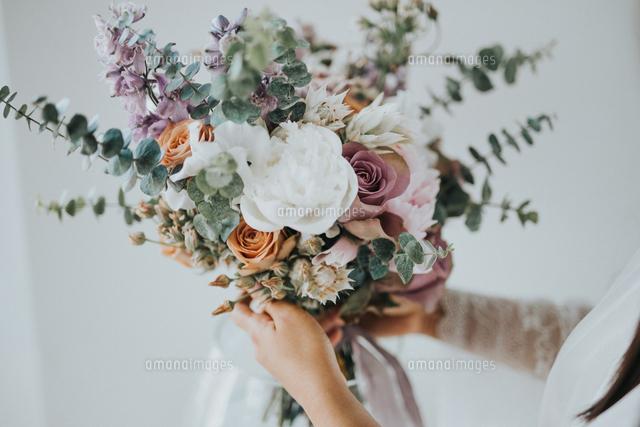 作品番号:11115063370 作品タイトル:Midsection Of Woman Holding Bouquet While Standing Outdoors