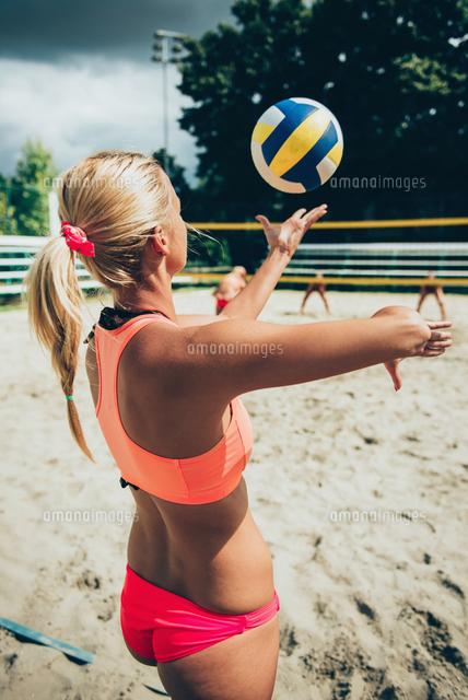 作品番号:11115064273 作品タイトル:Rear View Of Bikini Woman Playing Beach Volleyball