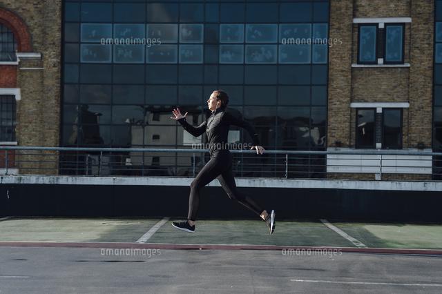作品番号:11115064754 作品タイトル:Full Length Of Woman Jogging On Terrace In City