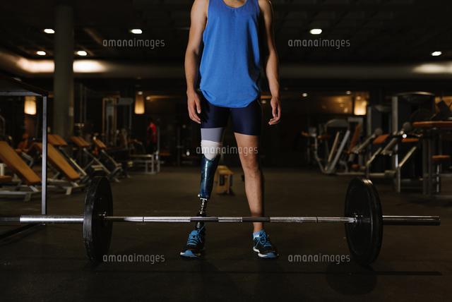 作品番号:11115065168 作品タイトル:Full Length Of Man With Prosthetic Legs Exercising In Gym