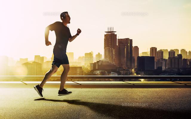 作品番号:11115065407 作品タイトル:Man Running On Road By Cityscape