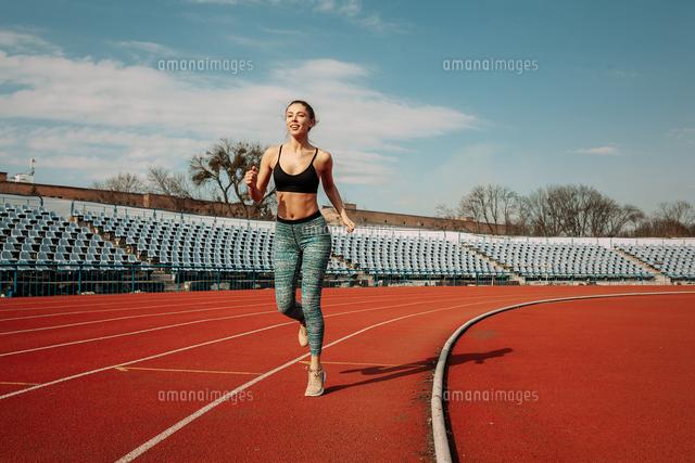 作品番号:11115065766 作品タイトル:Full Length Of Woman Running Against Sky During Sunny Day