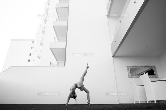 作品番号:11115066067 作品タイトル:Side View Of Woman Practicing Yoga Against Building