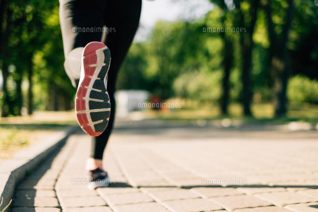作品番号:11115068884 作品タイトル:Low Section Of Woman Running On Footpath