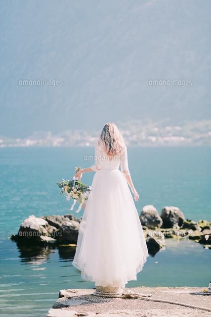 作品番号:11115072214 作品タイトル:Rear View Of Woman Standing By Sea Against Sky