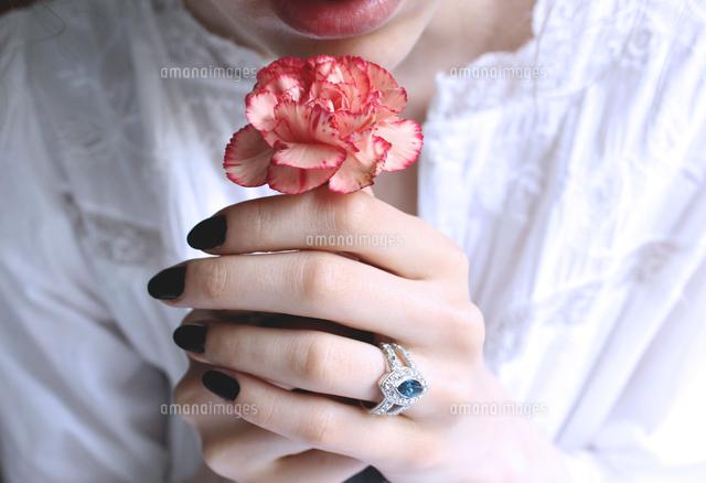 作品番号:11115073580 作品タイトル:midsection of woman holding carnation flower