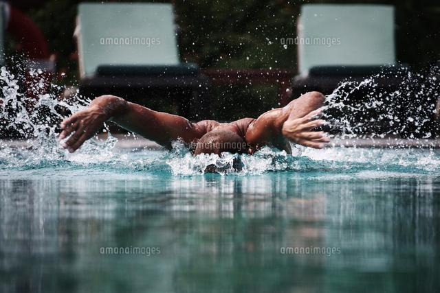 作品番号:11115074754 作品タイトル:action shot of man swimming in pool
