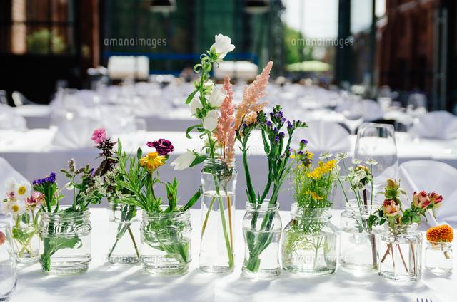 作品番号:11115074774 作品タイトル:various flower vases on table at restaurant