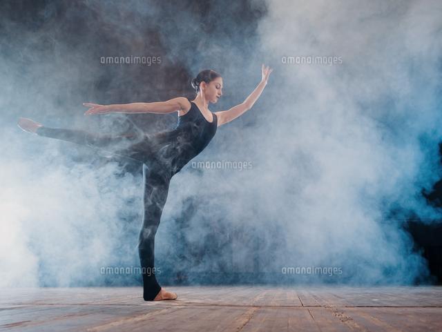 作品番号:11115075397 作品タイトル:full length of female ballet dancer performing on stage