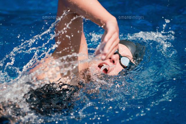 作品番号:11115075430 作品タイトル:high angle view of mid adult woman swimming in pool