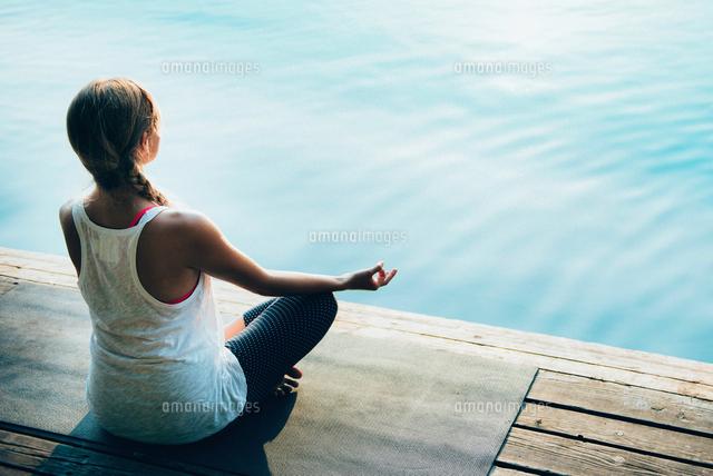 作品番号:11115075446 作品タイトル:woman doing yoga on pier against lake