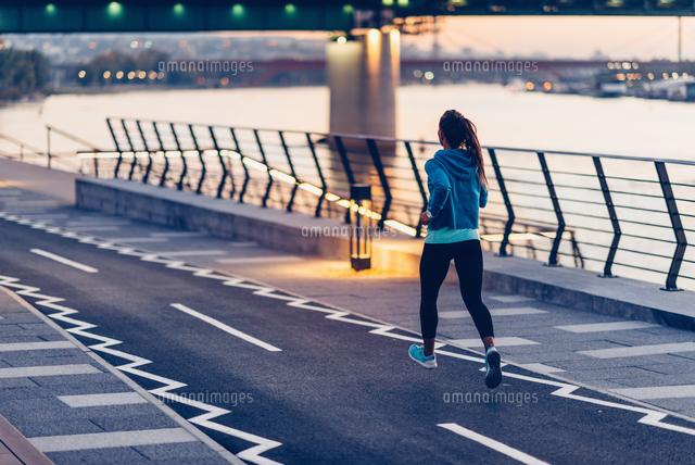 作品番号:11115075451 作品タイトル:confident woman exercising in city