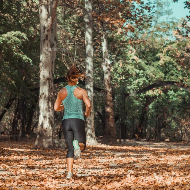 作品番号:11115075481 作品タイトル:rear view full length of woman jogging on road