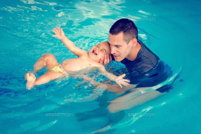 作品番号:11115075493 作品タイトル:high angle view of father holding toddler son swimming in pool