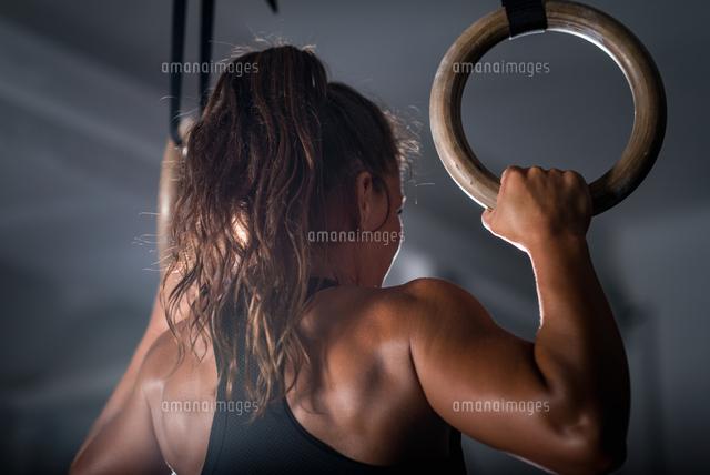 作品番号:11115075651 作品タイトル:rear view of athlete exercising in gym