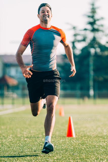 作品番号:11115075695 作品タイトル:full length of man running on grassy field