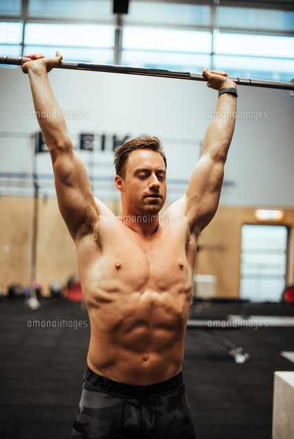 作品番号:11115075767 作品タイトル:shirtless man exercising in gym