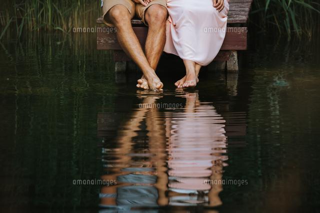 作品番号:11115075790 作品タイトル:low section of couple sitting by lake