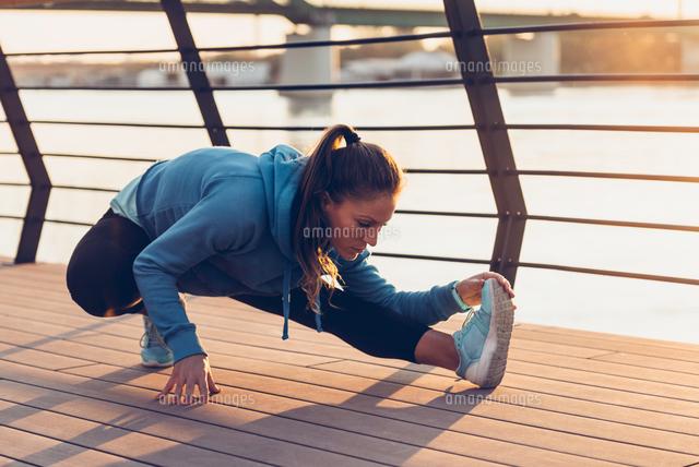 作品番号:11115075833 作品タイトル:confident woman exercising in city