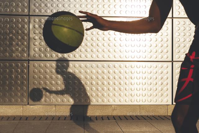 作品番号:11115076058 作品タイトル:boy playing basketball against wall