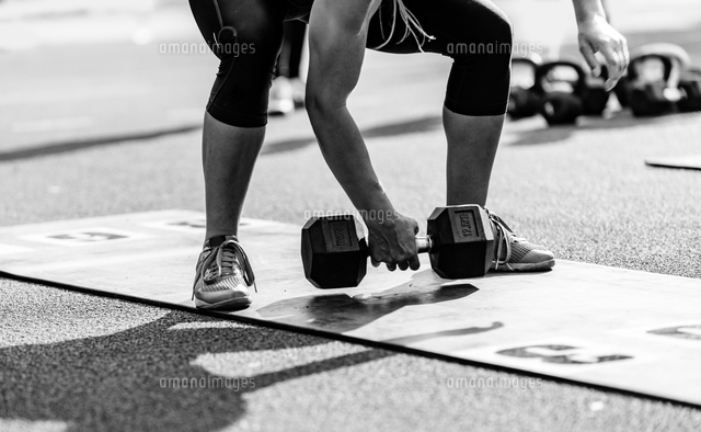 作品番号:11115076295 作品タイトル:low section of athlete exercising with dumbbells