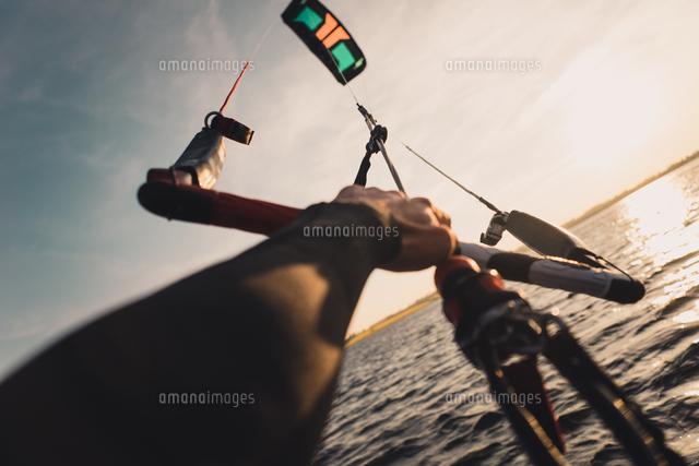 作品番号:11115076350 作品タイトル:cropped hands of man kiteboarding in sea against sky