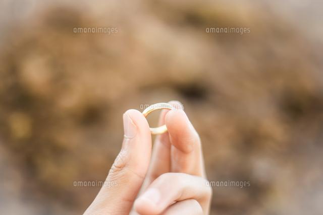 作品番号:11115076463 作品タイトル:close-up of cropped woman hand holding ring