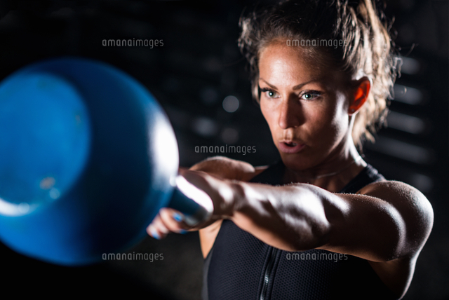 作品番号:11115076490 作品タイトル:athlete exercising with weights in gym